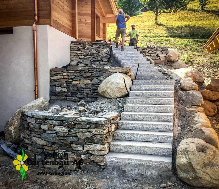 Hauszugang mit Natursteinmauern und Treppe mit Zwischenpodest.
