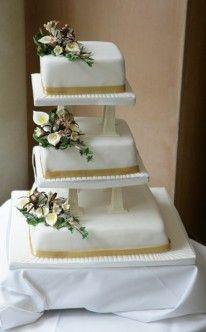 Eckige Hochzeitstorte mit Blumenarrangement