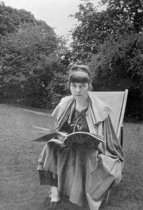 Katherine Mansfield seated, book in hand, in a deck chair in France, 1916. Taken by an unknown photographer. #ObiettivoLeggere @Libriamo Tutti http://www.libriamotutti.it/
