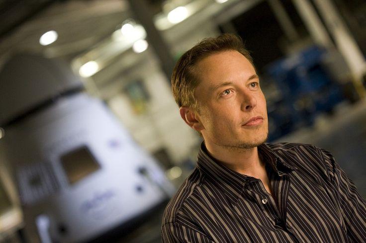 Elon Musk sa narodil v južnej Afrike, ako syn juhoafrického inžiniera a newyorskej modelky a odborníčky na výživu. Už ako mladý chlapec sa sám naučil programovať.Prvý počítač dostal v 10 rokoch a v12-tich už naprogramoval