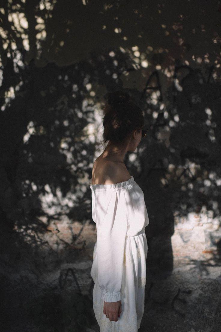 Biała sukienka na lato. Sukienka z jedwabiu z odkrytymi ramionami. Polanka Fashion dziewczęca biala sukienka 2017.