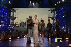 Kanye interrupts Taylor Swift on the VMAs