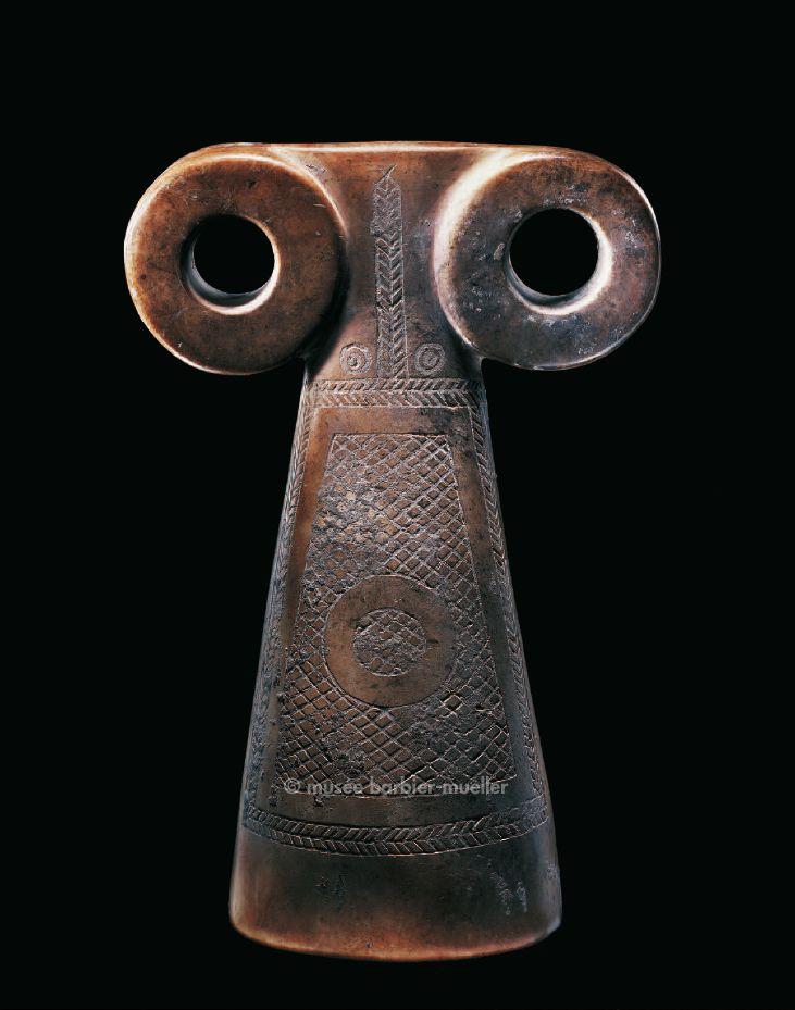 """Statuette dite idole"""" à lunettes """", Irak ou Syrie, Nord de la Mésopotamie, région du haut Tigre. / Art néolithique. / Musée Barbier-Mueller, Genève."""
