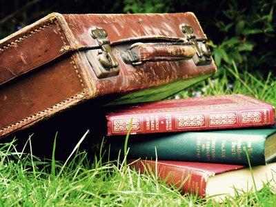 Mind Travel :)Old Book, Suitcases Trunks, Vintage Suitcases, Reading Book, Old Suitcases, Style Suitcas, Suits Cases, Mindfulness Travel, Suitcases Vintage