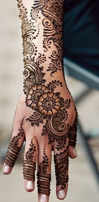 Can you imagine how gorgeous a white ink henna tattoo sleeve would be? With the pattern like this, running down your arm to your fingers :)