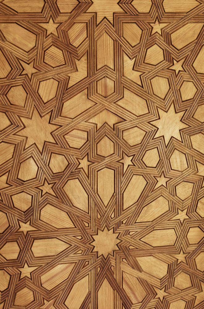 Patrón decorativo árabe, basado en una compleja red poligonal. Los musulmanes tienen prohibida la representación de imágenes humanas en las mezquitas. Por esta razón la cultura árabe ha utilizado desde antiguo la decoración abstracta. Paralelamente sus conocimientos matemáticos, muy avanzados, hicieron que se interesasen por la geometría. De la combinación de ambas circunstancias surge una tradición decorativa basada en la abstracción geométrica