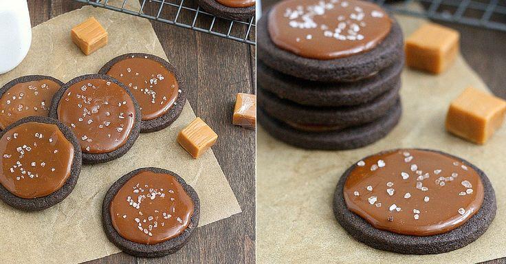 Karamelová náplň do sušenek : 400 g karamelek, 1/4 hrnku 40% smetany -  Na karamelovou polevu vložte karamelky do rendlíku společně se smetanou. Nechte směs, aby se úplně spojila a pak každou sušenku polijte přibližně lžící karamelu. Můžete ještě posypat troškou soli pro výraznější chuť.