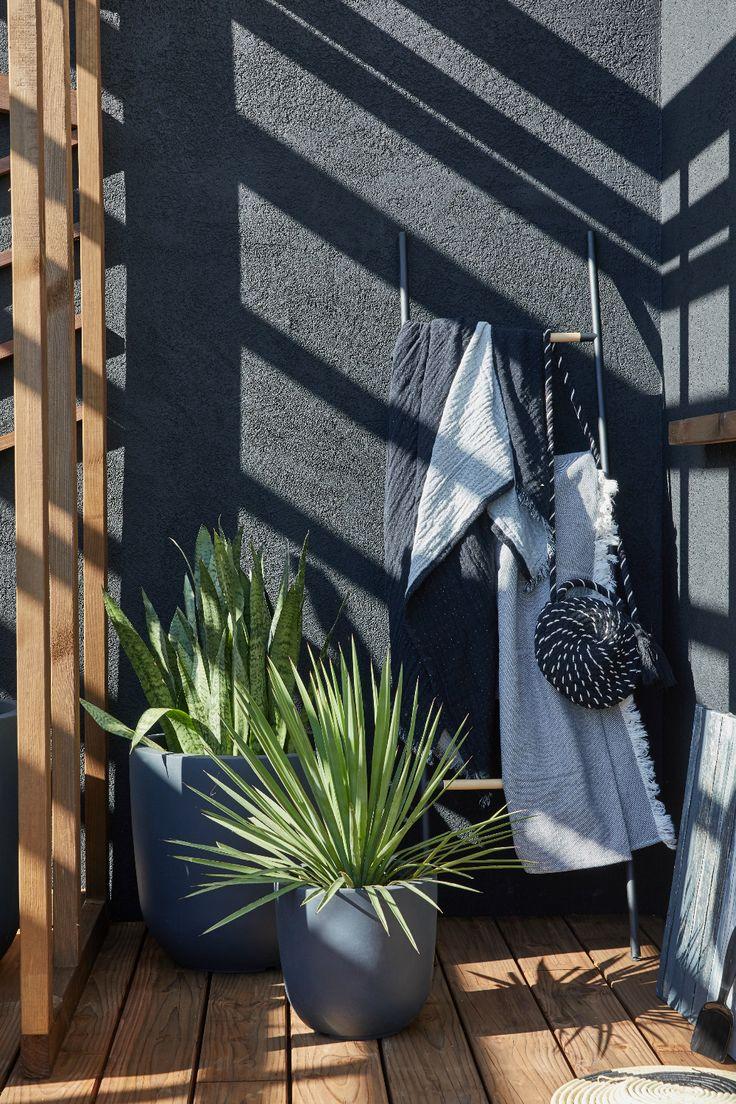 Une Cour Exterieure A La Deco Chic En 2020 Cour Exterieur Murs Peints En Noir Deco Moderne