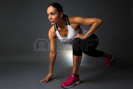 Aantrekkelijk Fitness Vrouw Voorvormen Stretching Oefening. Geïsoleerd Tegen Een Donkere Achtergrond. Royalty-Vrije Foto, Plaatjes, Beelden En Stock Fotografie. Image 43518204.