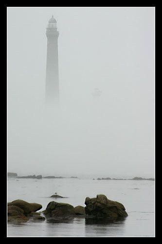 à Plouguerneau, la brume se lève #phare #lighthouse © Paul Kerrien http://toilapol.net Bretagne Finistère