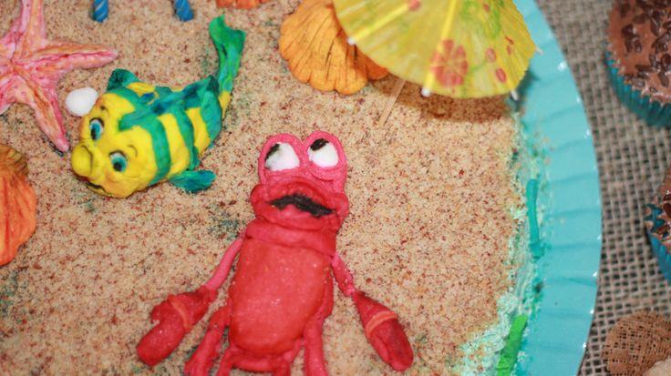 Minha primeira tentativa com pasta americana!! Linguado e sebastião pegando um sol nessa areia gostosa de amendoim na festa da pequena sereia:Ariel
