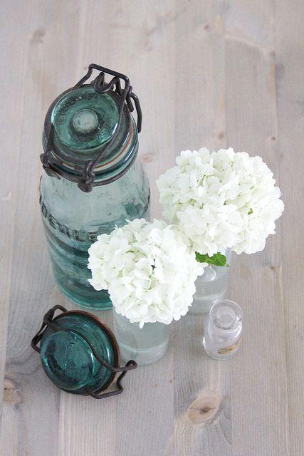Ou bien les bocaux de différentes tailles et couleur sans dentelle, juste avec des fleurs
