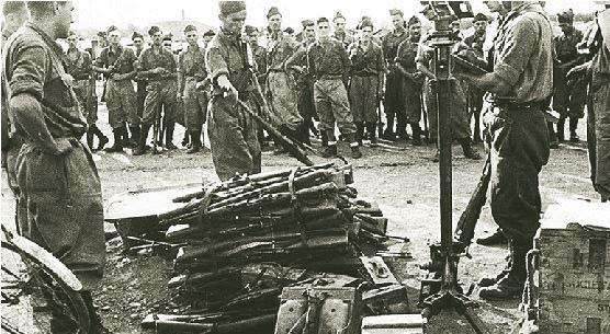 Παράδοση στον ΕΛΑΣ, του ατομικού οπλισμού από τους Ιταλούς της Μεραρχίας Άκουι.