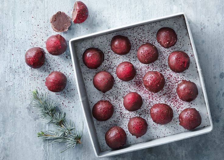 Lav lækker julekonfekt med marcipan, der er æltet sammen med chokolade, solbær og lakrids. Se her, hvordan du laver julekonfekt med solbær og lakrids!