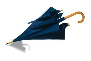 "Paraguas con apertura automática con mango de madera de 23,5"". Poliéster 190T."