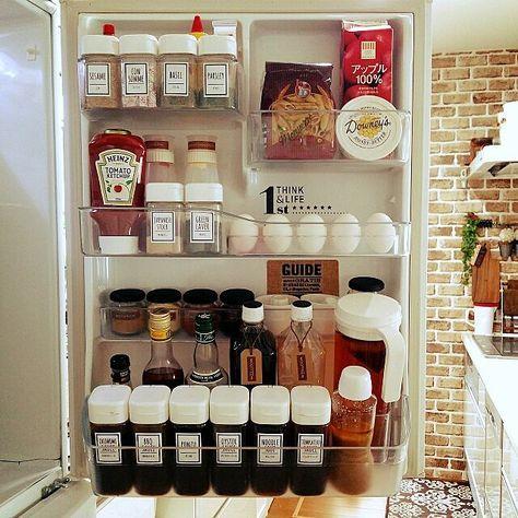 女性で、4LDKの冷蔵庫の扉/100均マニア/スパイスボトル♡セリア/ドレッシングボトル♡セリア/コストコのハニーバター…などについてのインテリア実例を紹介。「冷蔵庫扉部分♡調味料の大半はセリアのドレッシング&スパイスボトルに‼ オーダーで作って貰ったラベルを貼って統一しています(о´∀`о) 飲み物等は、生活感が出すぎるのでペットボトルのフィルム部分を剥がしクラフトタグをかけています。 昨日、製造記載シールが気になったので、リメイクシートで隠して納得♡」(この写真は 2016-03-16 14:54:31 に共有されました)