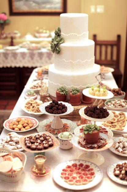 mesa de dulces.platos sueltos de  vajillas antiguas