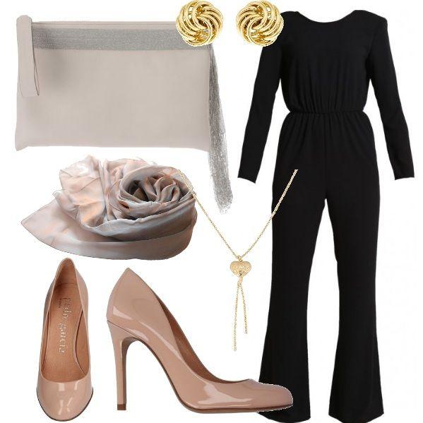 Outfit da sera: una tuta nera chic, indossata con scarpe color carne, una splendida pochette e una sciarpa a tono. Sopra a tutto degli accesso oro ed il look è perfetto.
