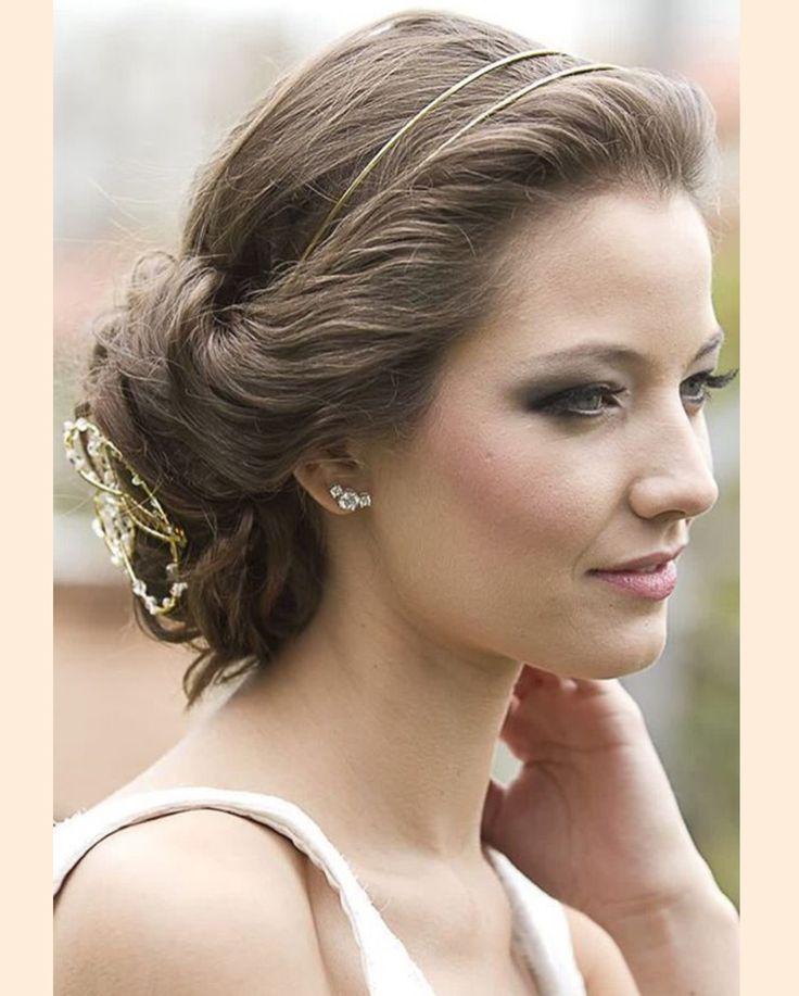 A combinação da fivela Milena com a tiara Dora fica linda em penteados como coque baixo, perto da nuca e em cabelos soltos ou meio-presos. Ela é feita à mão, por isso, pode ser feita em ródio, ouro amarelo ou rosa. <br /><br />#headpiece #bridalhair #bridalfashion #bridalheadpiece