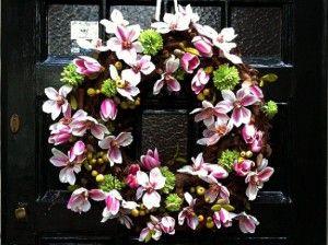 Houten krans met mini magnolia's en mini appeltjes. Makkelijk zelf te maken met ijzerdraad en kunst bloemetjes.