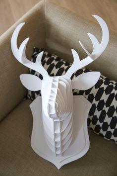 On découvre pas à pas comment réaliser cette tête de cerf en carton mousse, parfait pour décorer le mur de votre salon. http://miliboo-blog.com/diy-tete-de-cerf/
