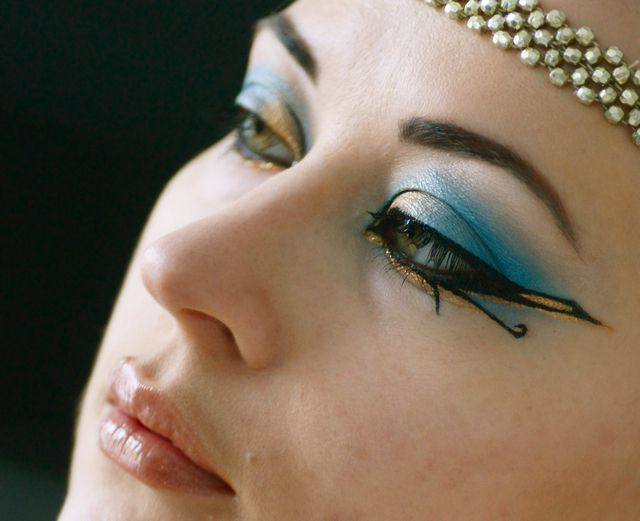 "maquillage egypte cleopatre / egytian make up / Pinned from the blog ""Et dieu créa la femme"""