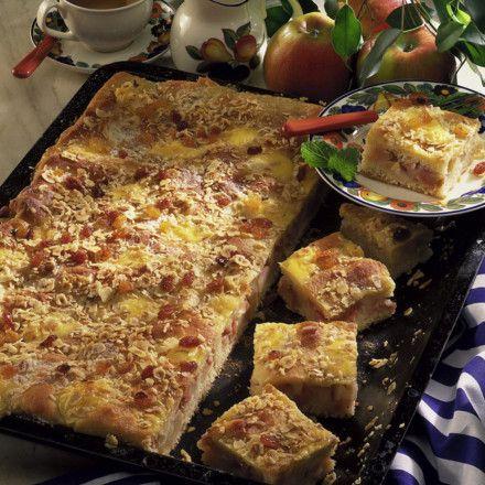 Hefe-Apfelkuchen mit Schmandguss Rezept | LECKER