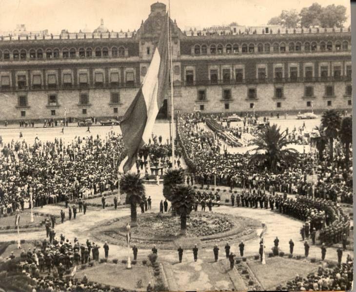 Izamiento de la bandera en la Plaza de la Constitución, 24 de febrero de 1948. Archivo Gráfico de El Naciona
