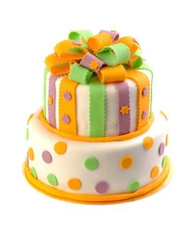 Dětský dort č. 13 Dvoupatrový dětský dort, o rozměrech 24 cm a 18 cm, obalený fondánem a dozdobený fondánovou mašlí, fondánovými barevnými proužky a puntíky.