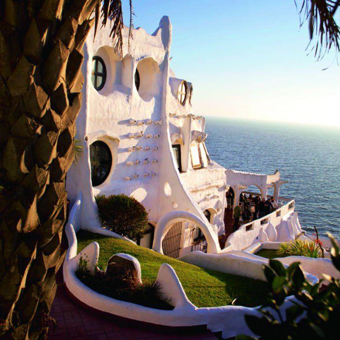 Uruguay : à Punta Ballena la demeure de l'artiste Carlos Paéz Vilaró est accrochée à un flanc de falaise