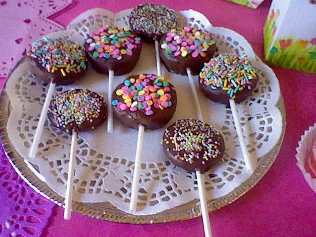 Paletas de pastel con cobertura de chocolate oscuro y for Cake pops cobertura