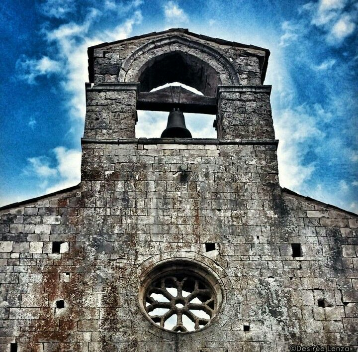 The beautiful church of S.Mary of  Cartignano Campanile a vela e rosone della Chiesa di S. Maria di Cartignano #Abruzzo #Travel #Italy #Abruzzen #Abruzzosegreto #bussi