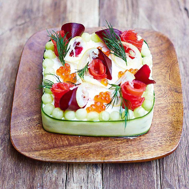Smörgåstårta is een typisch Zweeds gerecht. Het laat zich het beste omschrijven als een soort broodtaart, gevuld met paté, gerooktevis, garnalen, ham, roomkaas ... eigenlijk met wat je maar wilt. In deze variant van Rachel Khoo...