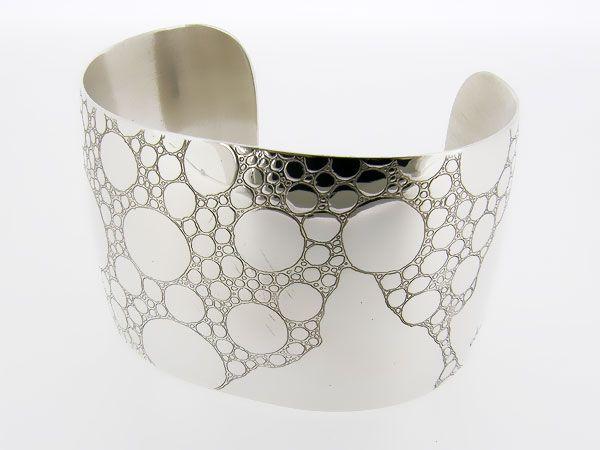 Zilveren brede gegraveerde druppel armband