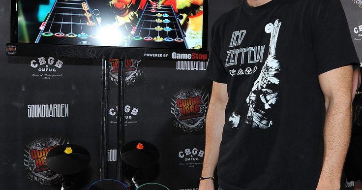 """Como configurar pedais duplos da bateria no Guitar Hero World Tour. O kit de bateria do """"Guitar Hero: World Tour"""" possui apenas um pedal de bateria e apenas uma porta para conectá-lo. No entanto, é possível usar um adaptador para conectar dois pedais simultaneamente. o adaptador de áudio é barato e pode ser comprado na maioria das lojas de eletrônicos."""