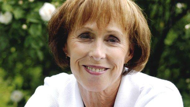 Hon är en av våra mest folkkära skådespelare och komiker. I år firar hon 55 år på scenen och passar samtidigt på att fylla 70 år i sommar - Eva Rydberg. ...