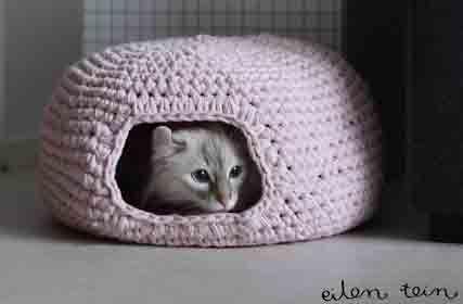 Anche se la fettuccia non ci piace, questa cuccia per gatti è adorabile, e infatti sta spopolando su internet. Abbiamo chiesto alla designer, Hanne, di poterne fare una traduzione. Lei è stata così gentile da acconsentire. Il modello è stato tradotto e la traduzione testata per fare una cuccia ad Antonio, un bel gattone romano …