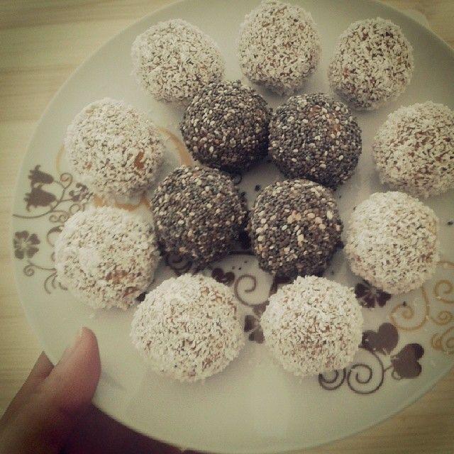 Gluten-Free, Dairy-Free, Sugar-Free & No Bake Energy Bites!  And they're perfect for bkfst, snacks or dessert! instagram.com/acozinhaverde #vegan #acozinhaverde #healthyfood #raw #energybites #detoxquatrosemanas #detox