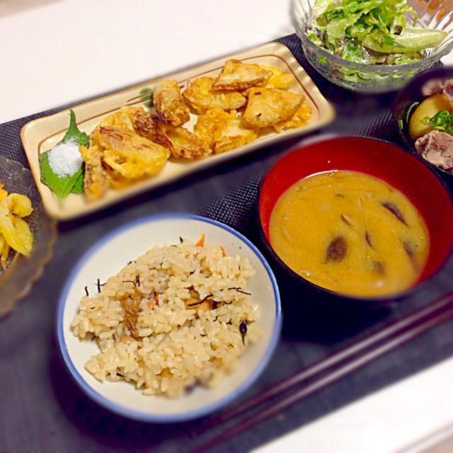 今日のメニュー  筍とちくわの天ぷら ポテトのチーズ焼き 新じゃがの煮物 レタストマトツナサラダ 味噌汁 ひじきの炊き込みご飯   今日は昼から圧力鍋で筍湯がいて準備万端❤❤ 小さめだから早くなくなっちゃうな(°_°) - 77件のもぐもぐ - 筍の天ぷら定食(≧∇≦) by maipu