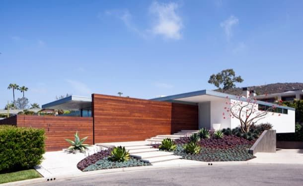 Casa con modernos jardines y espacios exteriores | Residencia McElroy La Residencia McElroy está ubicada al final de una calle de Laguna Beach una ciudad del Condado de Orange (California). Se trata de una casa con modernos jardines para un matrimonio con dos hijos. El edificio ocupa una superficie de 600m2 en una parcela que tiene una forma irregular y un área de 1.600m2. Se organiza en el lado noreste con el fin de dejar la máxima superficie libre para el jardín y la piscina.  Pero el reto…