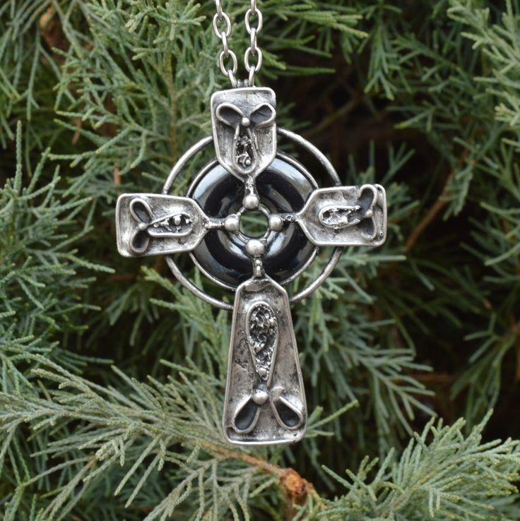 Keltský+kříž+Kříž+-+hematit.+Vyrobeno+na+zakázku.+Průměr+hematitu+3+cm.+Velikost+kříže+5cm+x+4cm.+Zavěšeno+na+řatízku+70+cm.+ZPŮSOB+ZPRACOVÁNÍ:Šperk+jeručně+pocínován+bezolovnatou+cínovou+pájkou+s+příměsí+stříbra.+Pro+výrobu+byla+použita+technika+měkkého+pájení,+patinováno+a+ošetřeno+proti+oxidaci.