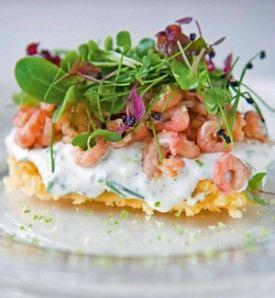 Parmezaankoekje met zure room, bieslook, limoen en garnalen - Recepten - Culinair - KnackWeekend.be