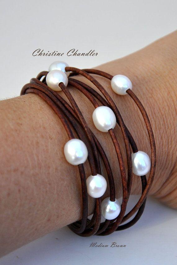 Esta hermosa perla y pulsera de cuero multi-hilo va perfecto con cualquier opción del armario. Hay 8 perlas de arroz AAA calidad grande 12mm calidad fina antiqued de 2mm de piel. También está disponible en muchos colores de cuero y diferentes opciones de perla. Estas son las perlas mismo en mis diseños de lazo. El broche es un sólido plata acero inoxidable magnético que es segura y limpia. Normalmente hago esta pulsera 7 3/8 pulgadas. Mi muñeca mide 6 1/2 y encaja perfecto. Si usted necesita…