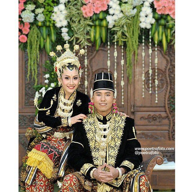 Traditional Javanese Wedding Dress. Citra+Andree Wedding Ceremony at Yogyakarta Indonesia. Photo by @Poetrafoto, http://wedding.poetrafoto.com/foto-paes-ageng-jogja-indonesian-traditional-wedding-dress_521