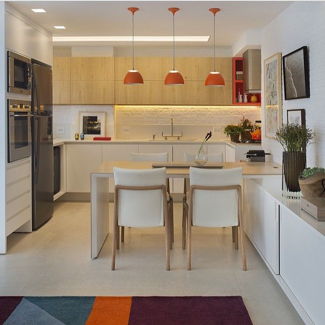 Cozinha, destaque para a composição com freijó natural e branco com um toque de laranja que ficou sensacional, arrasou Patricia!!! Projeto top by @patriciafiuzaarquitetura #cocina #kitchen #cozinha #madeira #cool #wood #planejados #instabest #amazing #architecture #design #arquitetura #homedecor #decora #interiordesign #colors #criative #architect #archdecor #photo #arquiteta #decor #fabiarquiteta