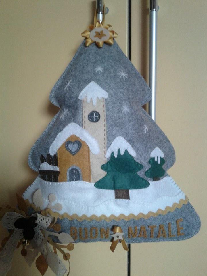 Albero natalizio in  panno fuori porta