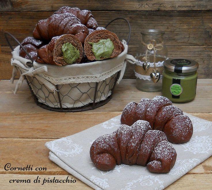 I cornetti al cacao con crema di pistacchio sono deliziosamente soffici e profumati, un morbido pan brioche racchiude una crema vellutata al pistacchio