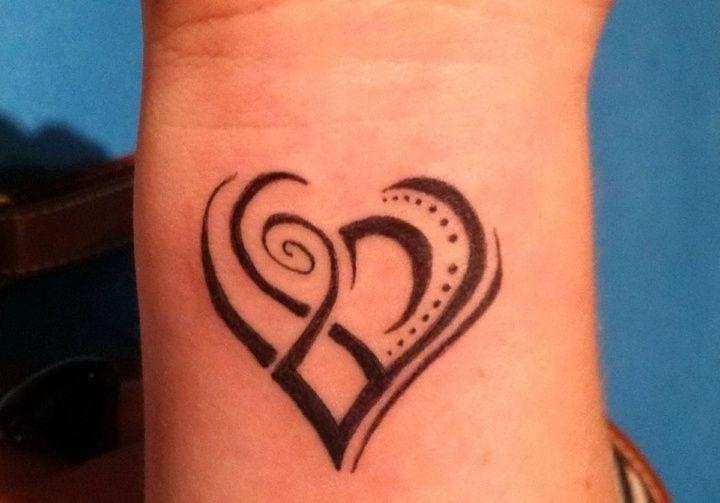 tatouage poignet femme: coeur de style des maoris