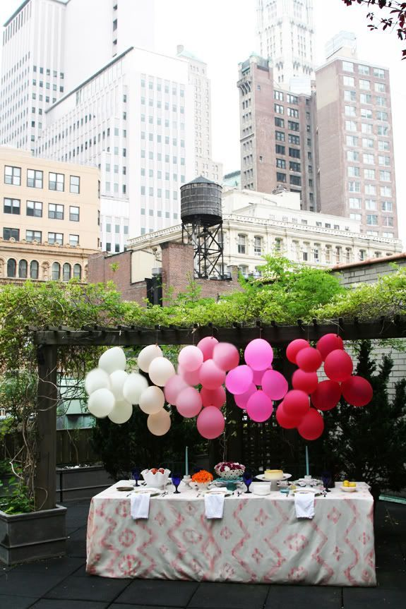 Decoração com balões em tons degrade. Fotografia: http://www.decorfacil.com