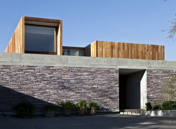 Architect Day: Elton + Léniz. Masonry and timber.